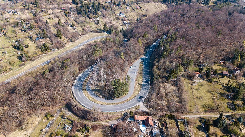 Drohnenfoto einer S-Kurve