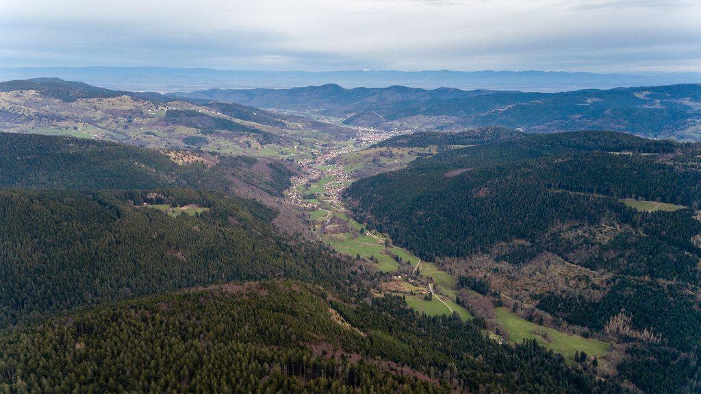 Drohnenfoto eines Tales in den Südvogesen