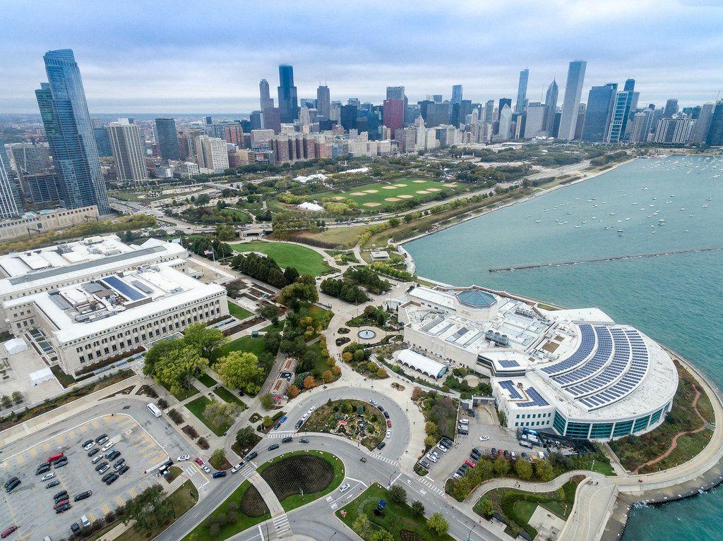 Drohnenfoto: The Field Museum, Shedd Aquarium, Grant Park und die Skyline im Hintergrund