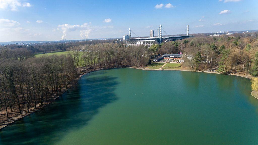 Drohnenfoto vom See Adenauer Weiher,  RheinEnergieStadion im Hintergrund