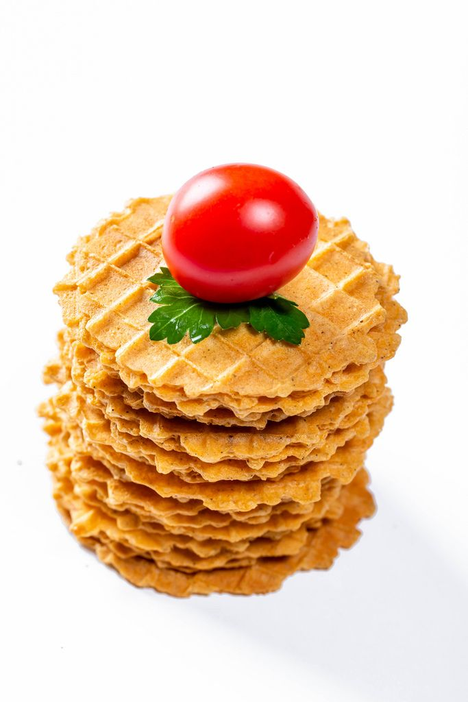 Dry wafer snacks with tomatoes and parsley