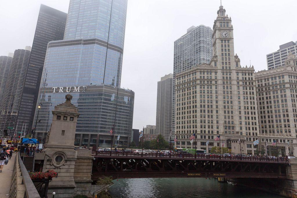 DuSable Brücke und das Trump International Hotel and Tower im Hintergrund
