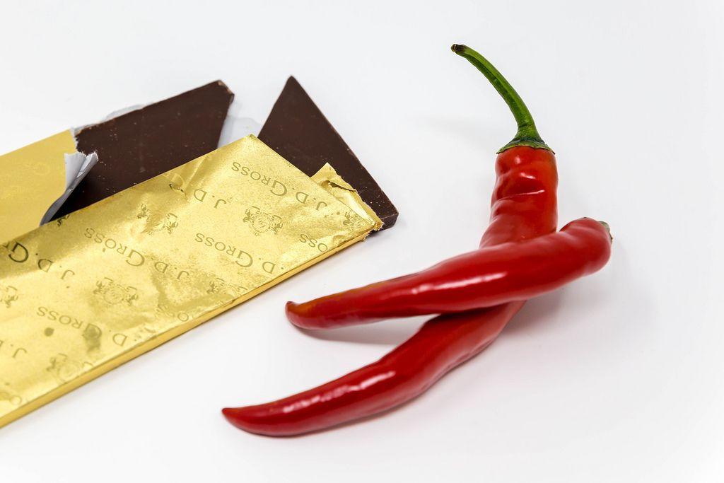 Edel-Zartbitter Schokolade im goldener Verpackung mit zwei Chili Schoten