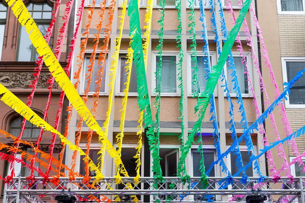 Ehe für alle: Bunte Straßendekoration bei Christopher Street Day in Köln 2017