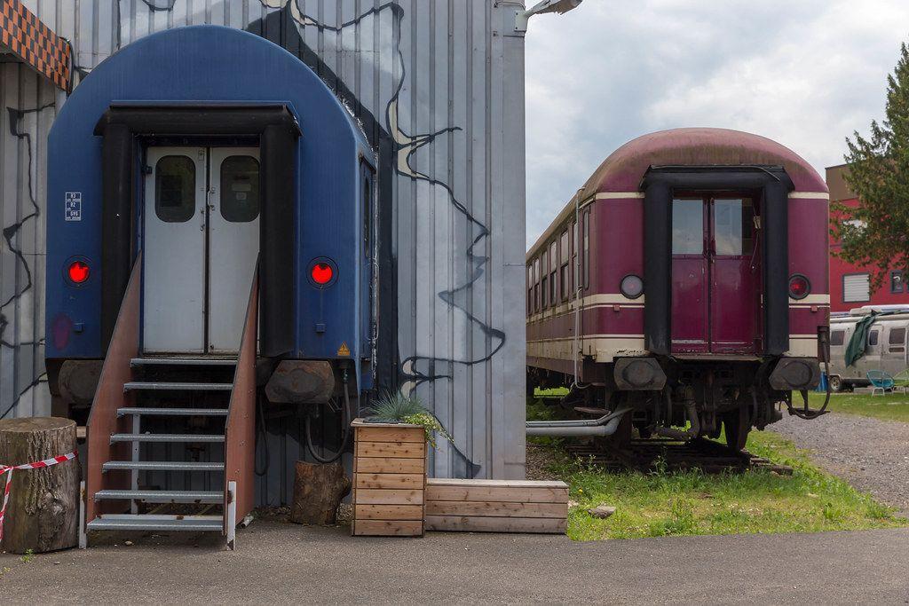 Ein altes Zugtür als Eingang des BaseCamp Hostels in Bonn
