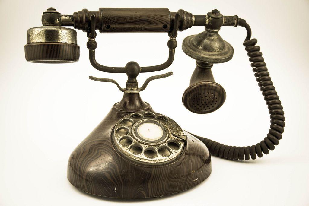 Ein antikes Telefon auf weißem Hintergrund
