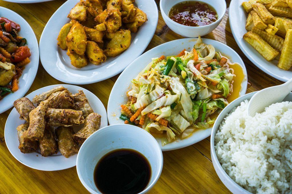 Ein asiatisches Mittagessen auf einem Boot