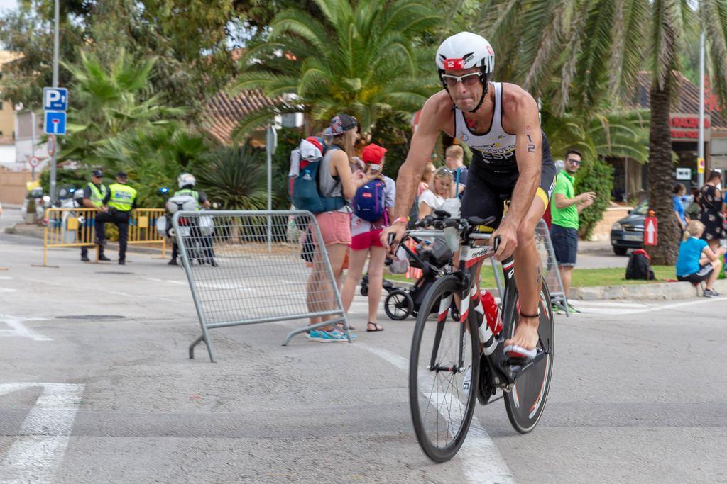 Ein Athlet fährt barfuß auf einem Rad bei einem Triathlon