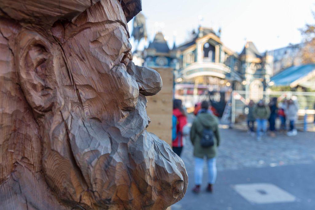 Ein aus Holz geschnitzter Zwerg in der Nahaufnahme