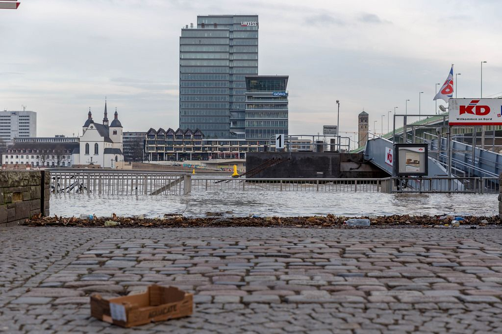 Ein Blick auf den Rhein bei hohem Pegelstand