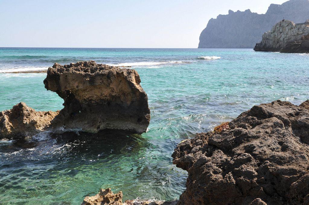 Ein felsiger Küstenabschnitt auf Mallorca
