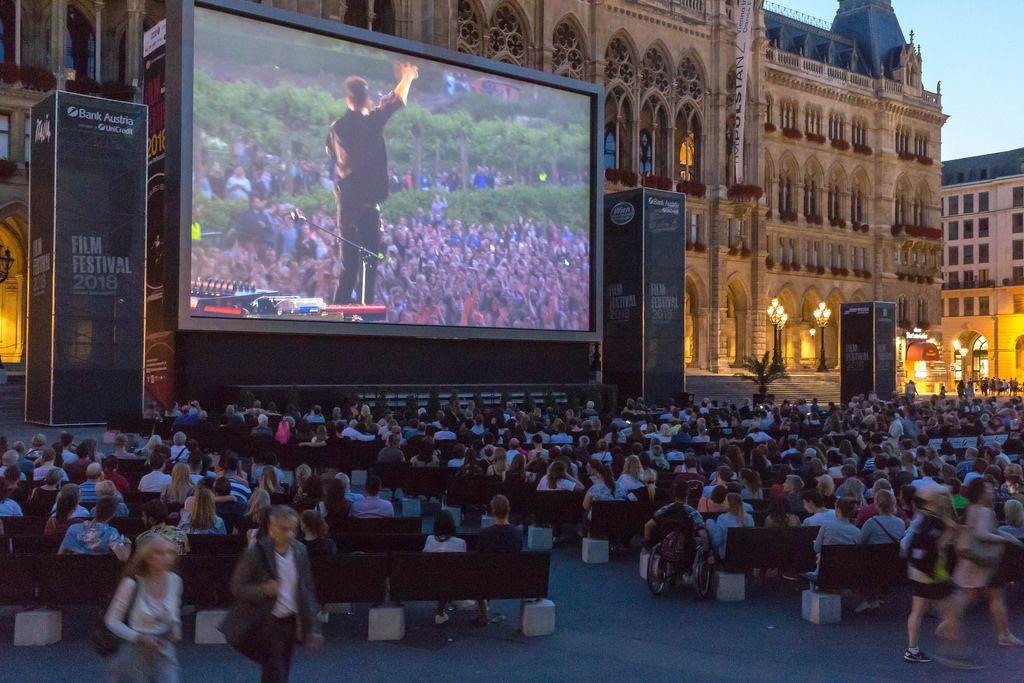 Ein Film wird beim Film Festival 2018 am Rathausplatz in Wien gespielt