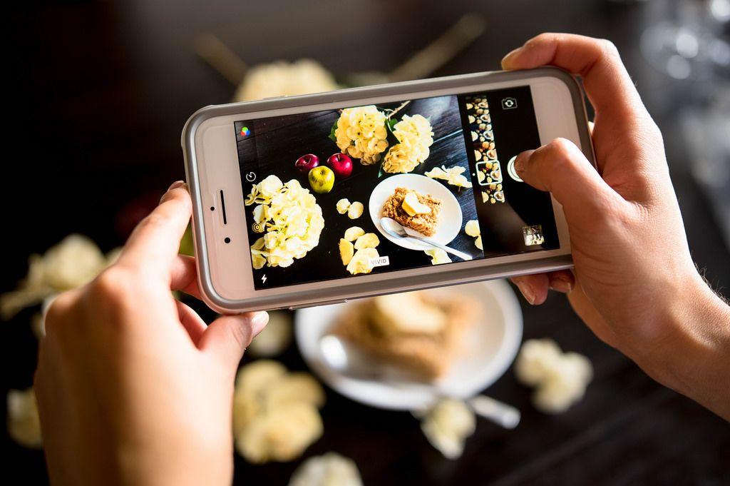 Ein Foto von einer Mahlzeit wird mit einem Iphone aufgenommen