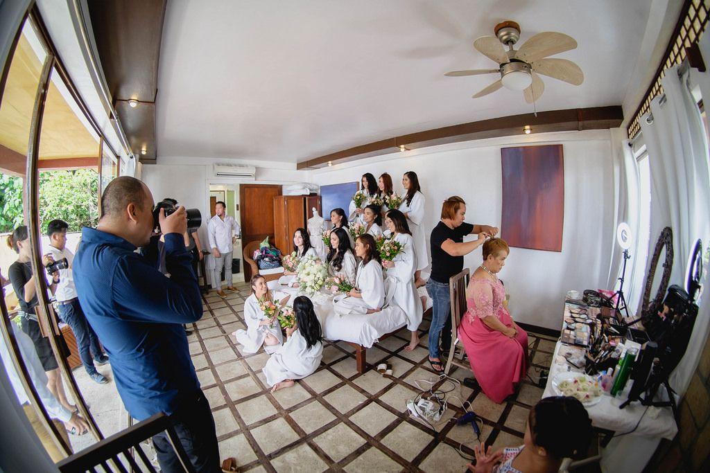 Ein Fotograf macht ein Foto von den Brautjungfern vor einer Hochzeit in Punta Bulata
