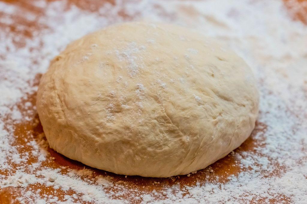 Ein Frischer Brotteig mit Mehl