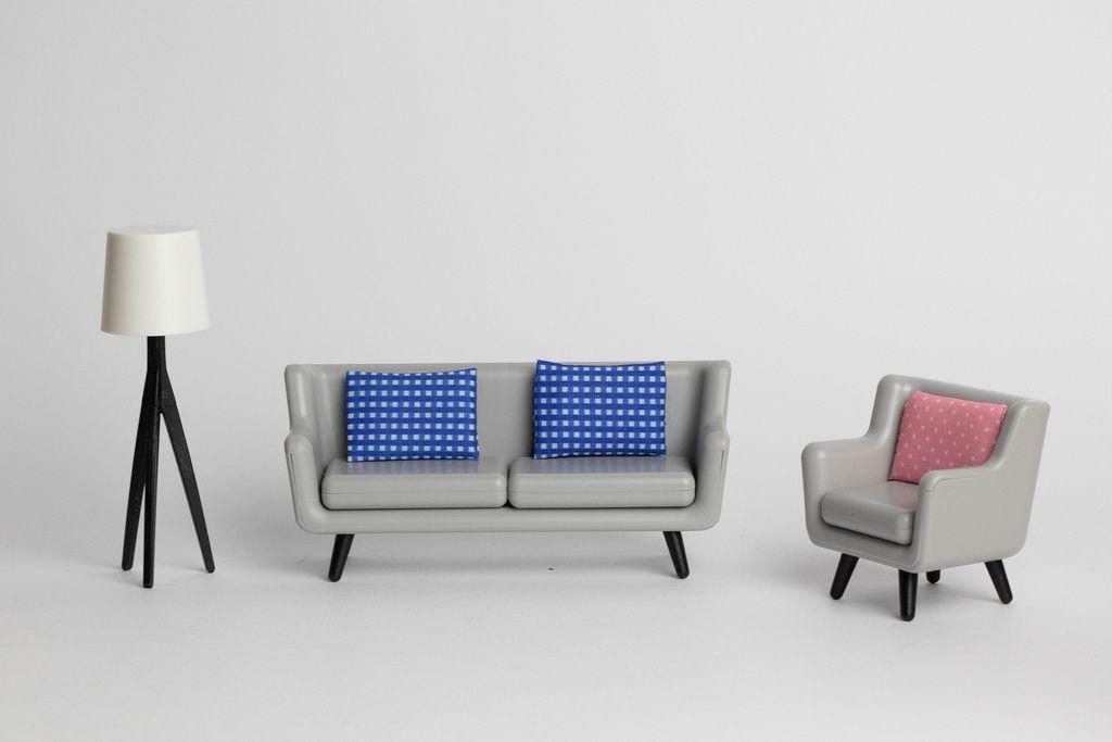 Ein graues modernes Sofa mit blau weißen Kissen