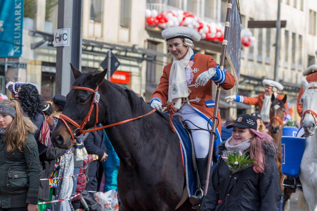 Ein Große KG Greesberger Vereinsmitglied reitet auf einem Pferd - Kölner Karneval 2018