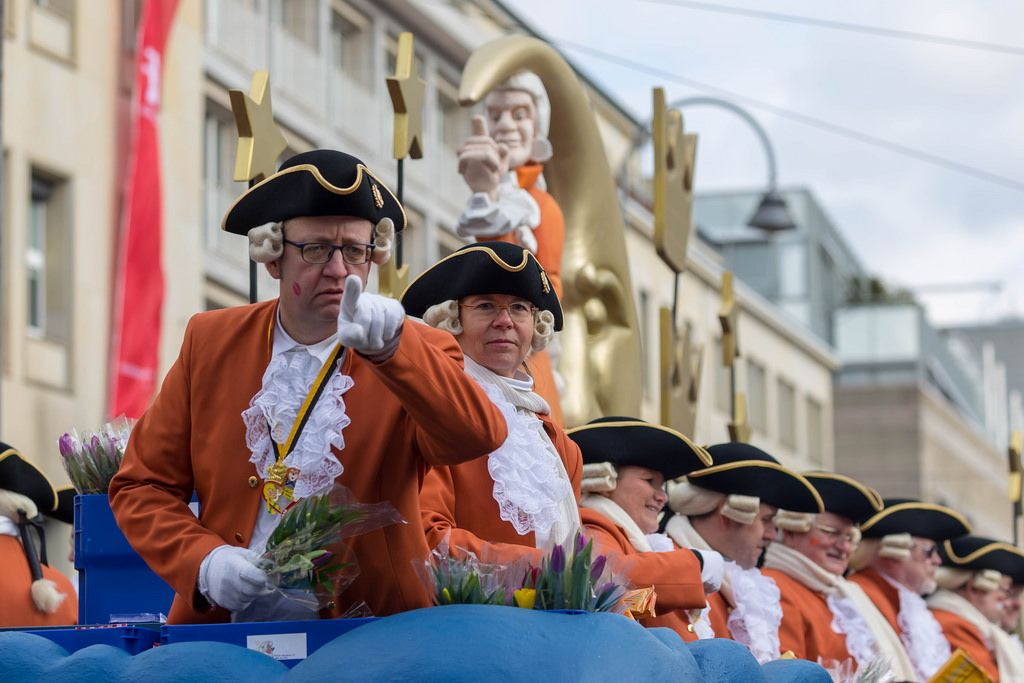 Ein Große KG Greesberger Vereinsmitglied zeigt mit dem Finger - Kölner Karneval 2018