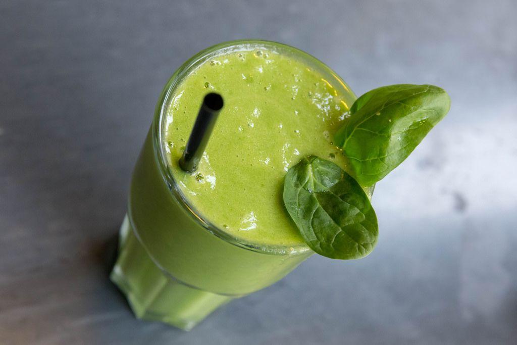 Ein grüner Detox-Smoothie mit Spinat, Basilikum und Ingwer