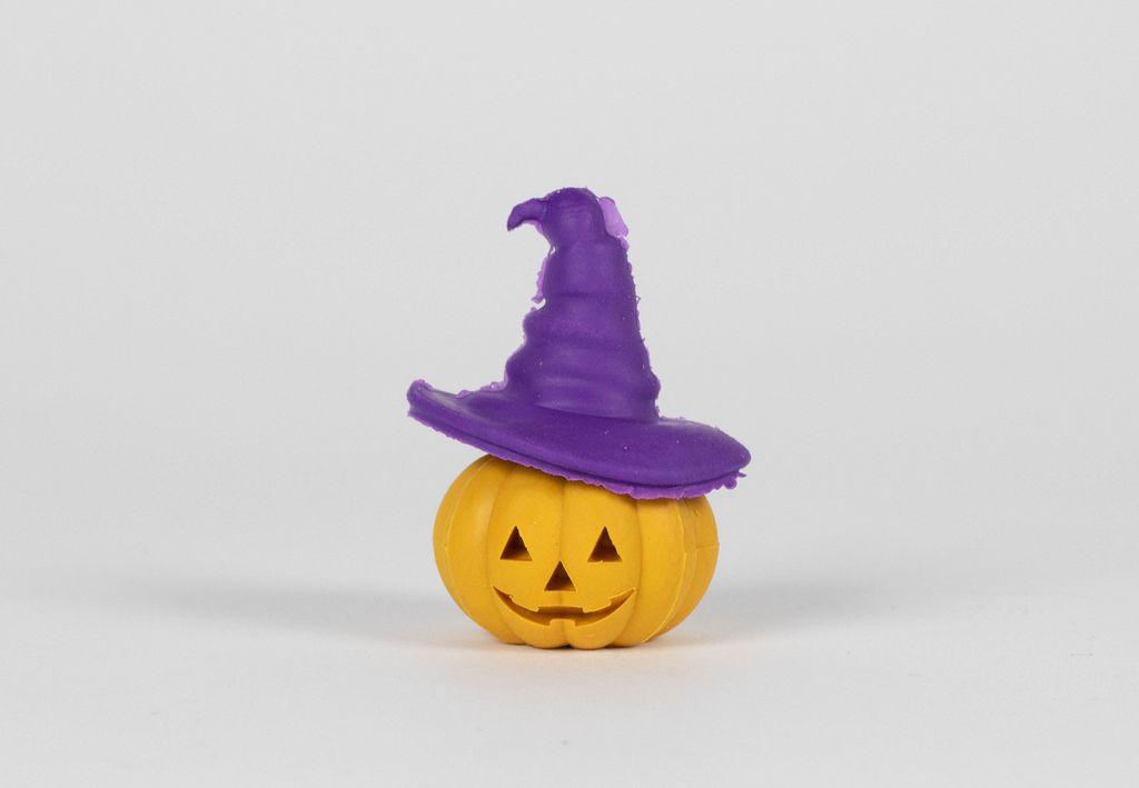 Ein Halloweenkürbis mit lila Hexenhut