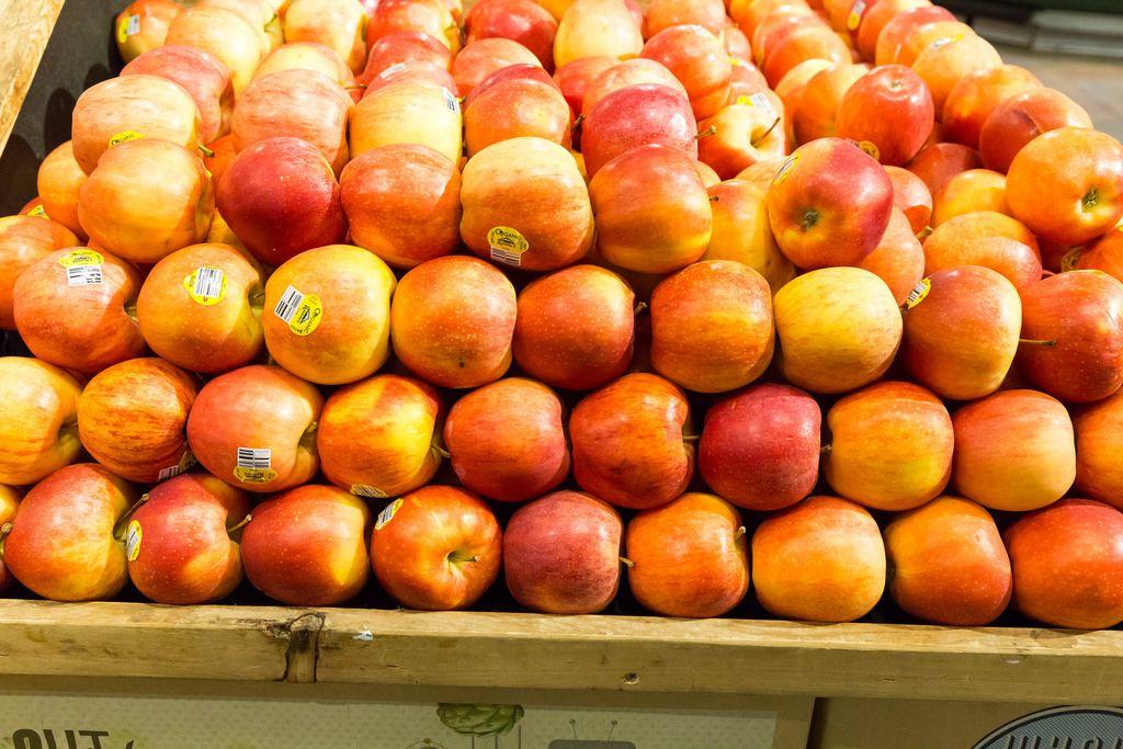 Ein Haufen Äpfeln im Whole Foods Market