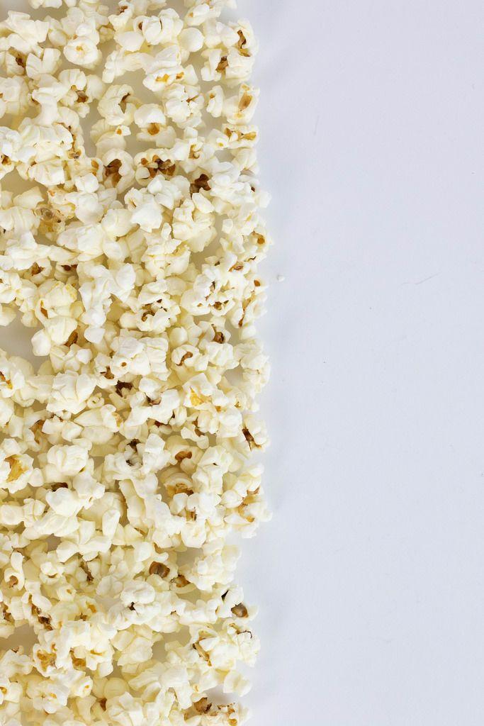 Ein Haufen Popcorn vor weißem Hintergrund