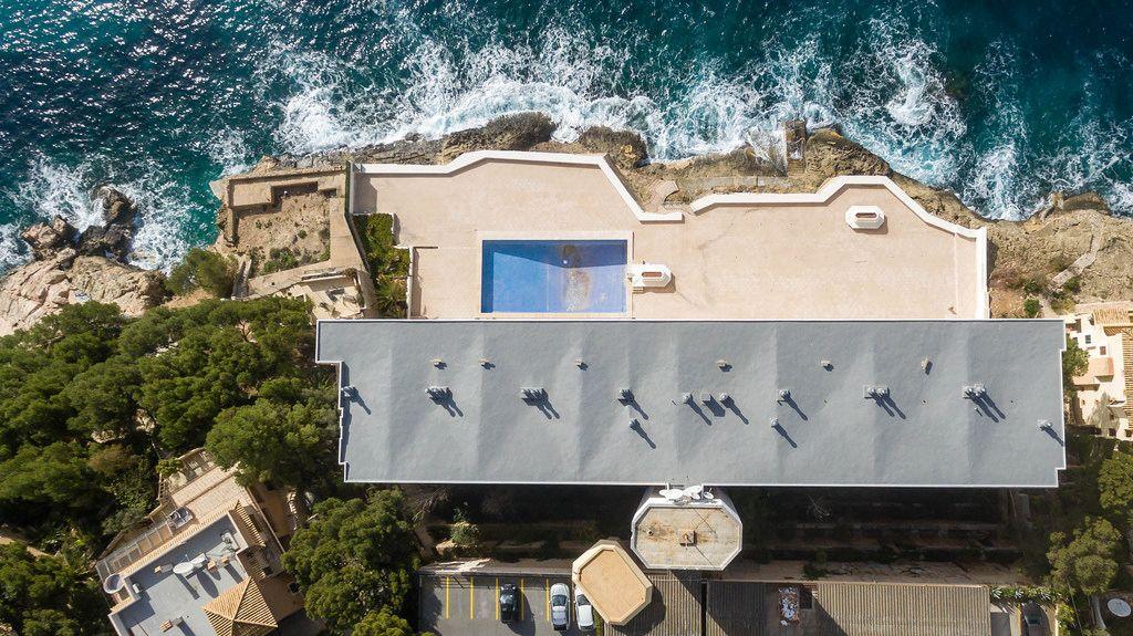 Ein Hotel in Peguera, Mallorca aus der Vogelperspektive