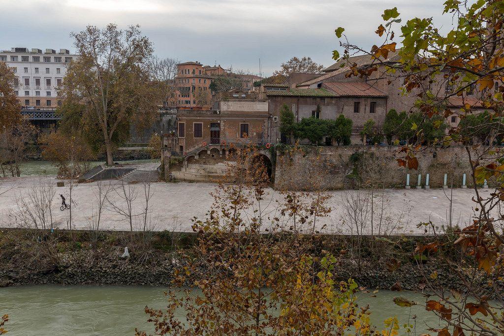 Ein Junge fähr BMX auf einer Halbinsel auf dem Tiber in Rom
