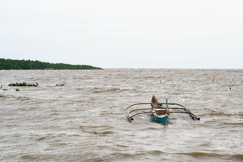 Ein kleines, einfaches Fischerboot ankert aufgrund schlechtem Wetter in Balaring, Silay