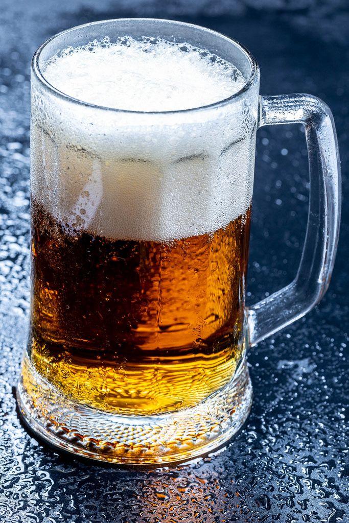 Ein Krug Bier mit frischem Schaum