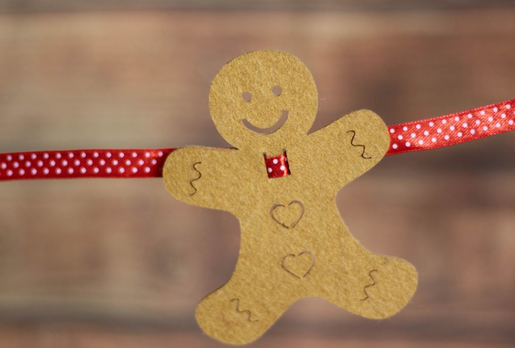 Ein Lebkuchenmann als Dekoration an einer Weihnachtsgirlande ...