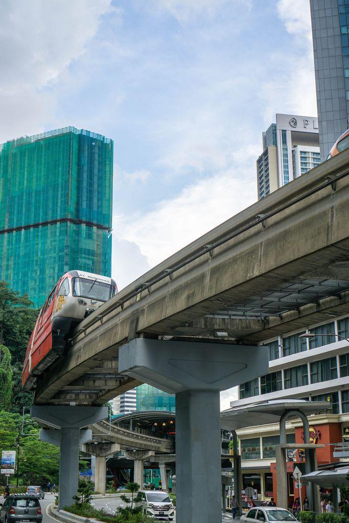 Ein Monorail-Zug fährt in den Bahnhof in Kuala Lumpur ein