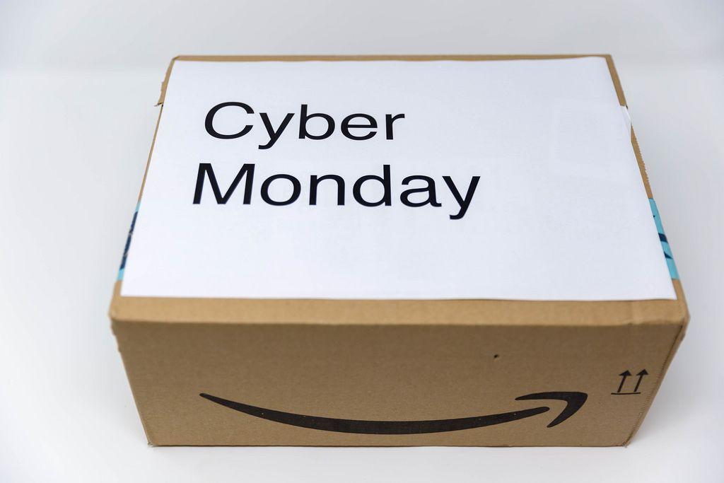 Ein Paket von Amazon mit der Aufschrift Cyber Monday