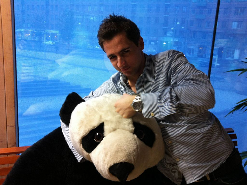 Ein Panda-Plüschtier im Schwitzkasten
