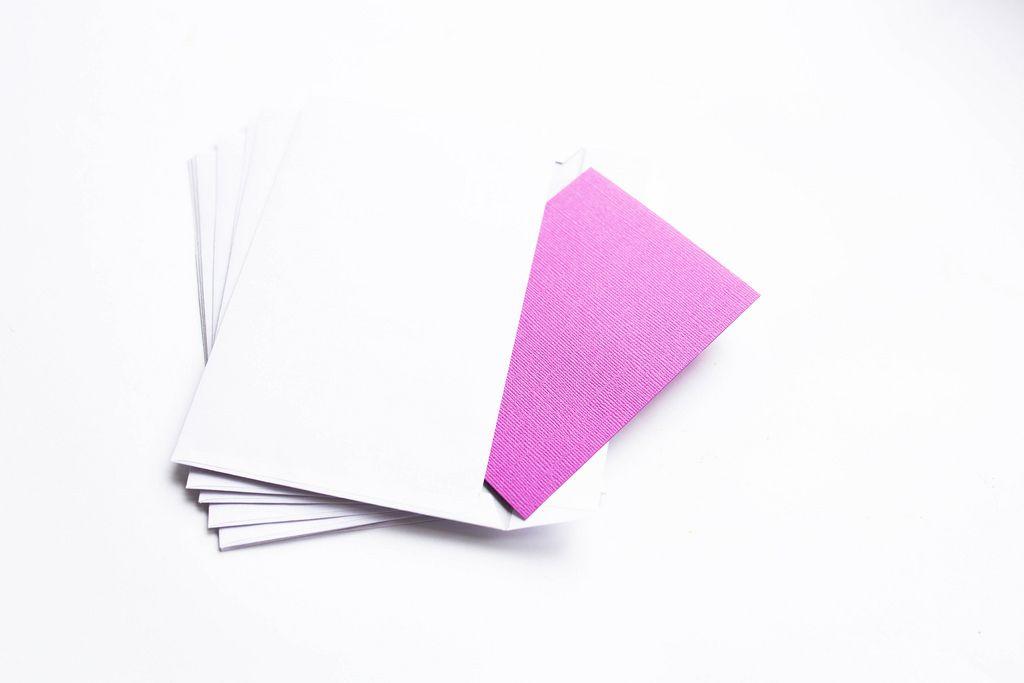 Ein pinker Brief in einem Weißen Briefumschlag