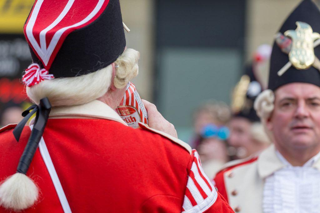Ein Roter Funke trinkt ein alkoholfreies Früh Kölsch - Kölner Karneval 2018