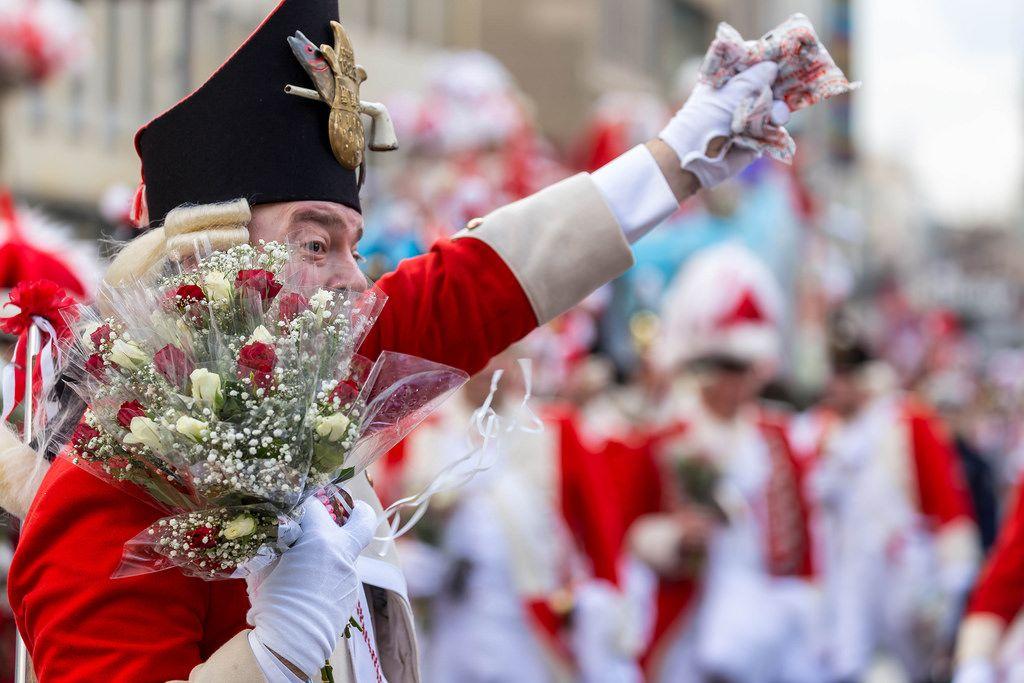Ein Roter Funke winkt den Zuschauern zu - Kölner Karneval 2018
