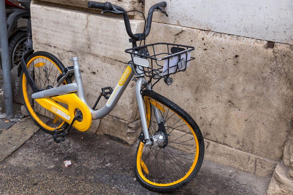 Ein Sharing Bike  - Mietfahrrad mit verbogenem Reifen in Rom