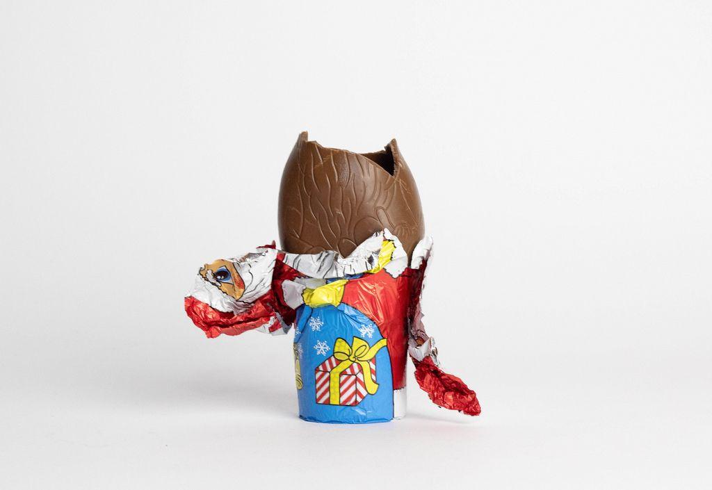 Ein Shoko-Weihnachtsmann wird gegessen auf weißem Hintergrund