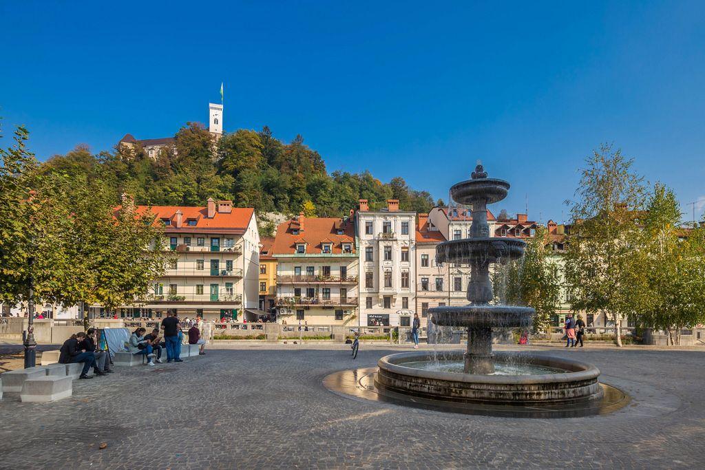 Ein Springbrunnen auf einem Platz in der Altstadt von Ljubjlana in Slovenien