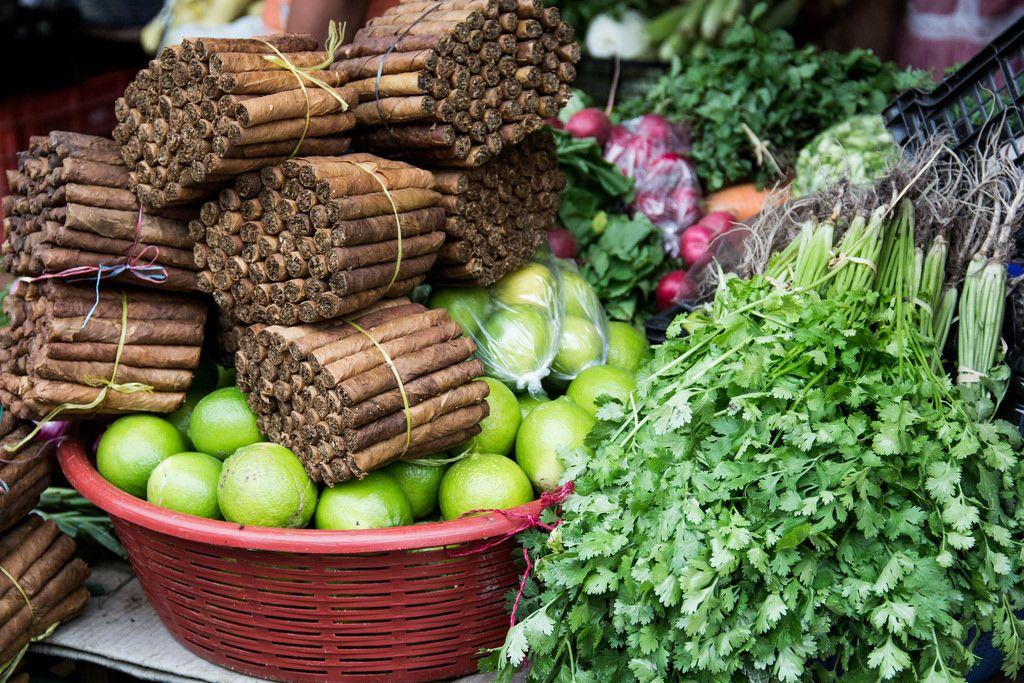 Ein Stand auf dem Markt der Zigarren, Äpfeln und Petersilie verkauft