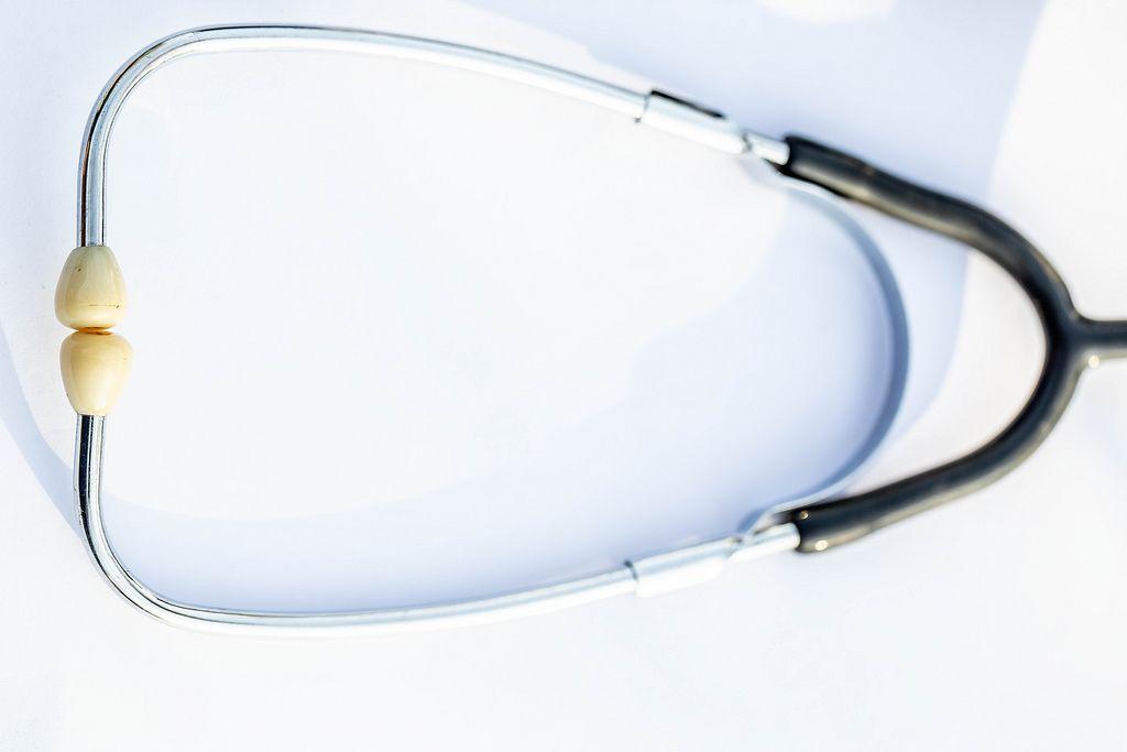 Ein Stethoskop in der Nahaufnahme auf weißem Hintergrund