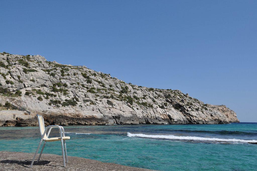 Ein Stuhl am Meer