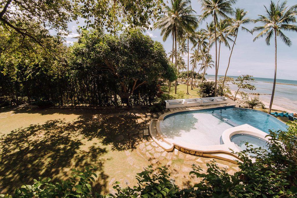 Ein Swimmingpool in der Nähe des Strandes in Punta Bulata