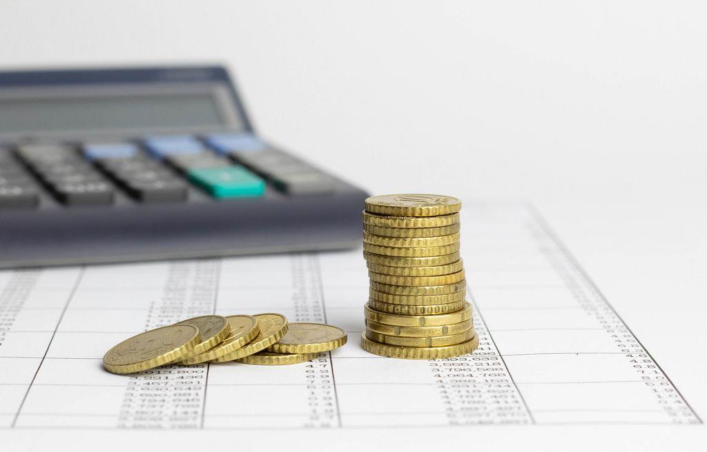 Ein Taschenrechner mit Münzen