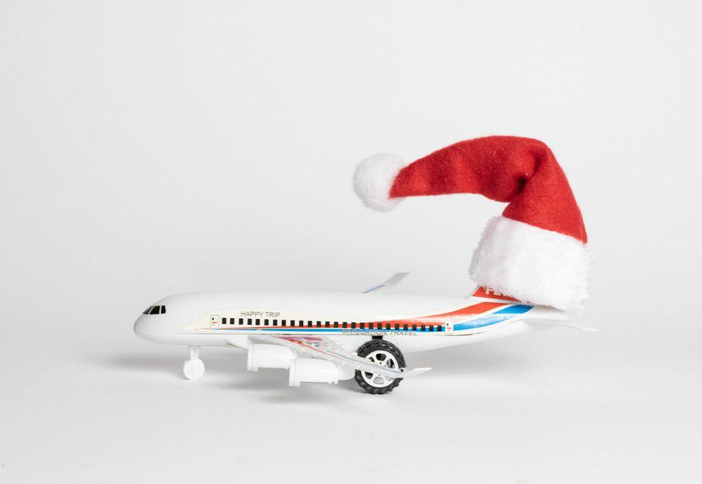 Eine Flugzeug mit einer Weihnachtsmütze auf der Heckflosse