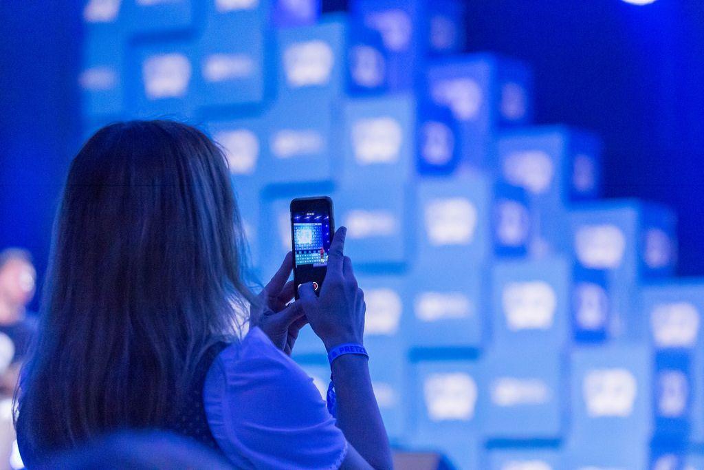 Eine Frau schießt ein Foto mit Smartphone
