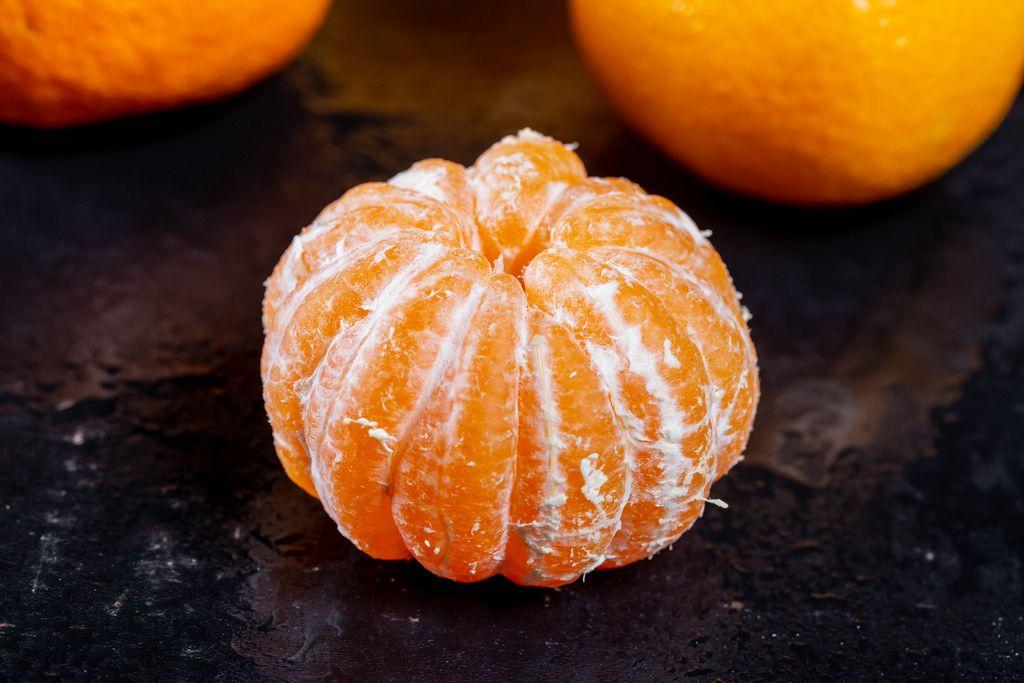 Eine frische geschälte Mandarine