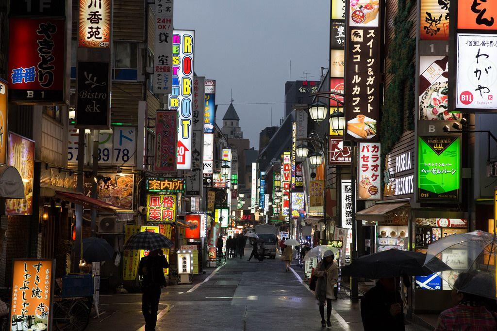 Eine Fußgängerzone in Chiyoda, Tokyo