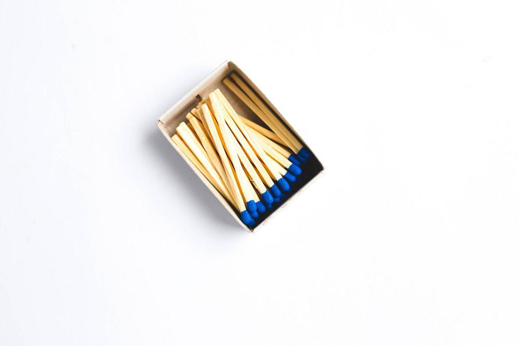 Eine geöffnete Schachtel Streichhölzer auf weißem Hintergrund